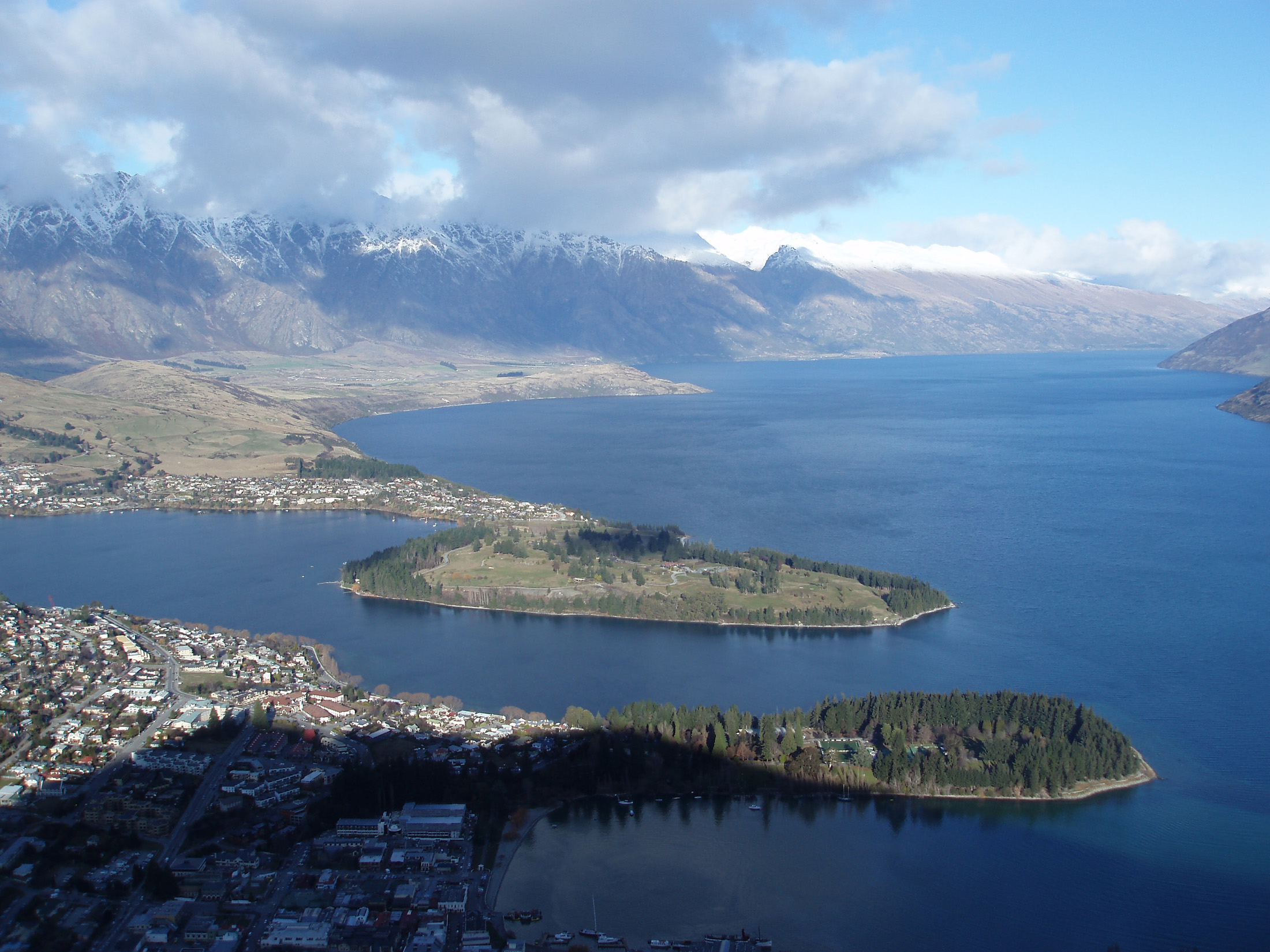 panoramic view of queenstown and lake wakatipu