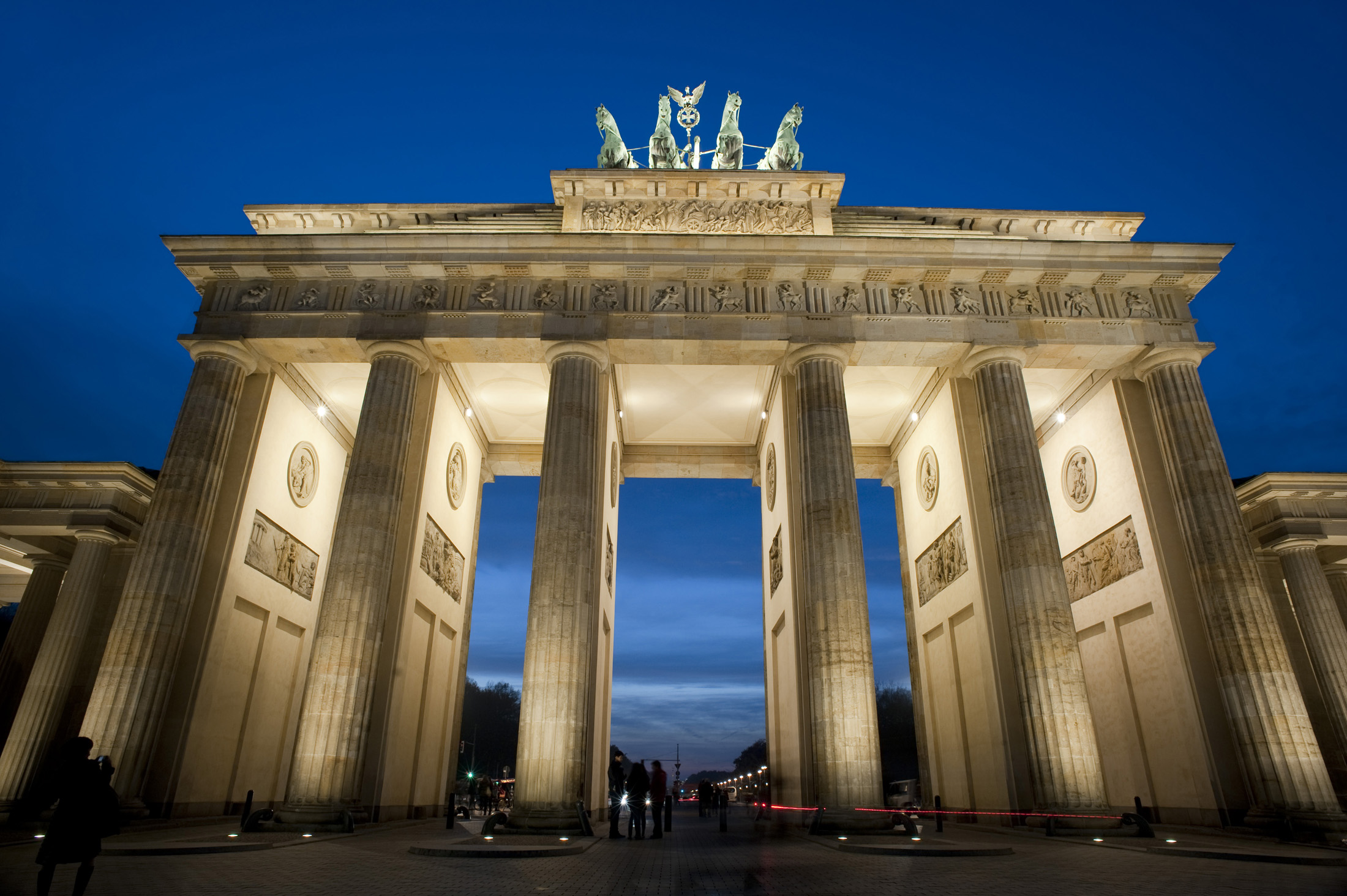 a nighttime view of berlin's famous brandenburg gate, Brandenburger Tor