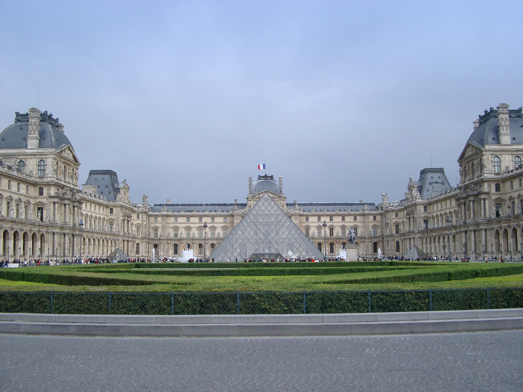 free stock photo of exterior of louvre museum and pyramide inversee photoeverywhere