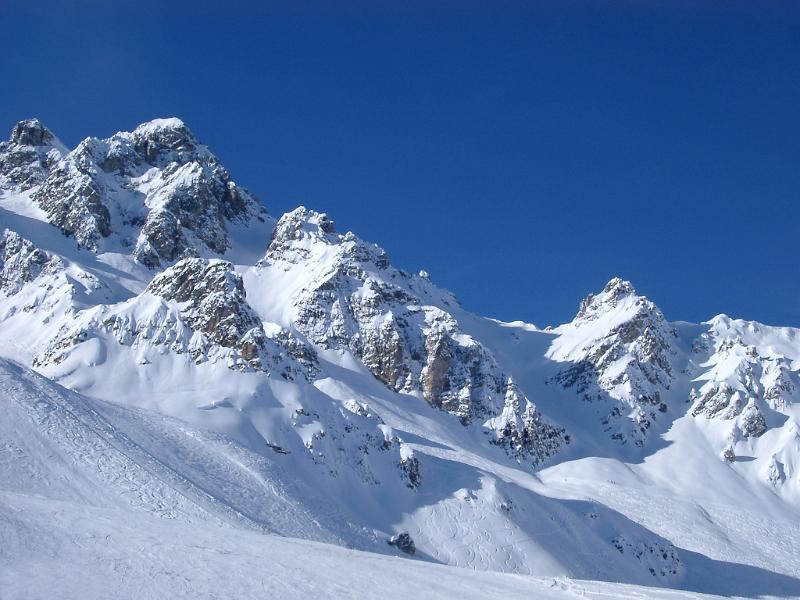 بلد الطبيعة والجمال سويسرا mountains_snow2000.j
