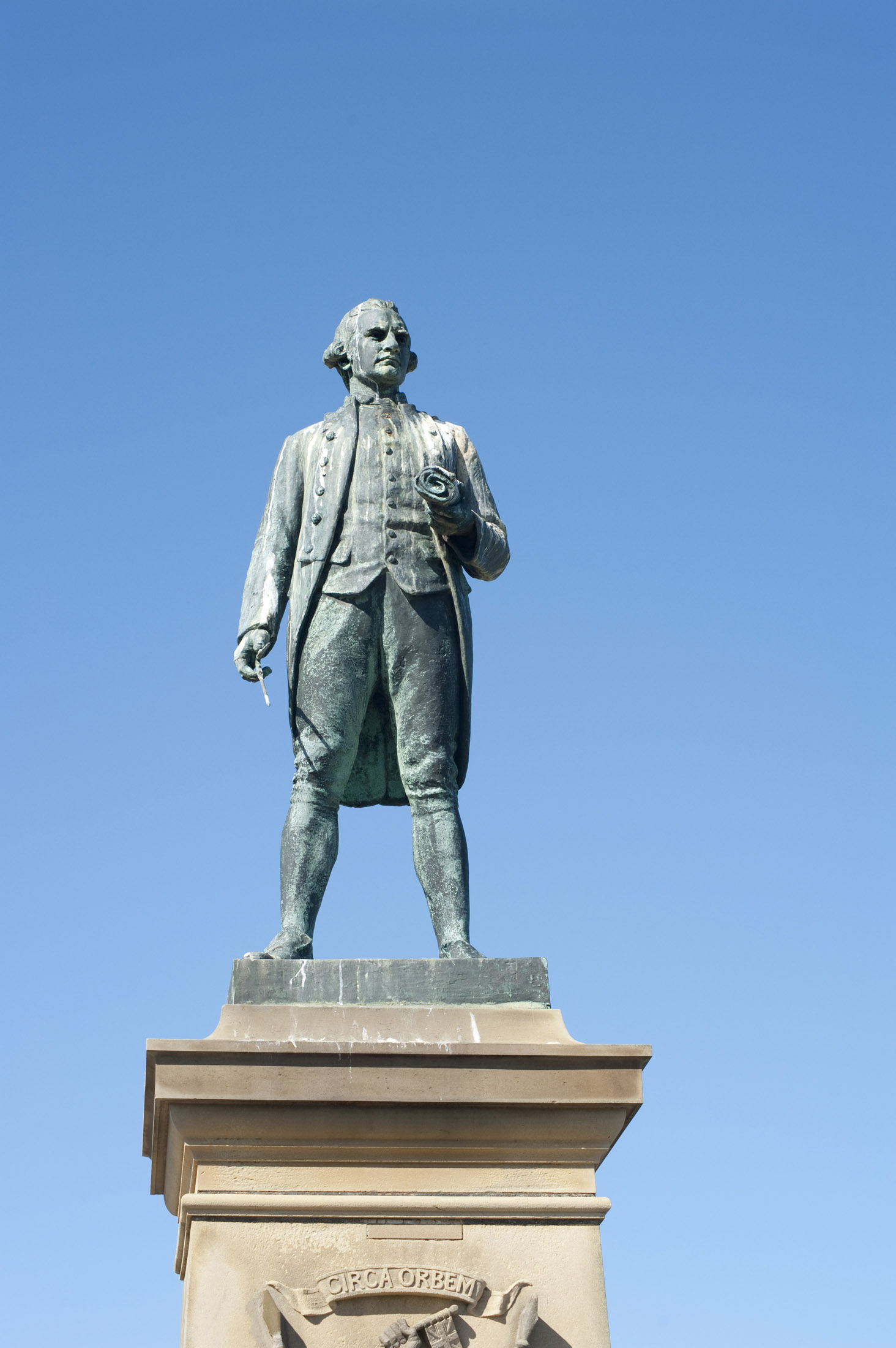 the captain cook statue on whitbys west cliff